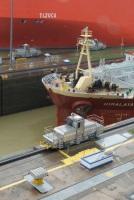 Deux bateaux traversant l'écluse