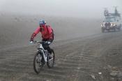 Descente à VTT sous la neige et dans le brouillard