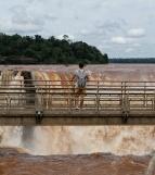 Clément devant les chutes d'Iguazu