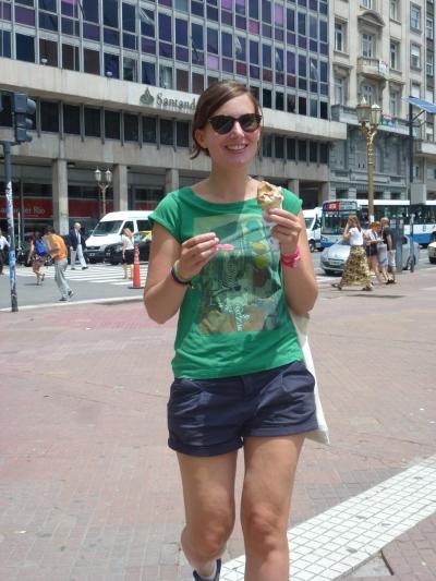 Anne-Charlotte mange une glace