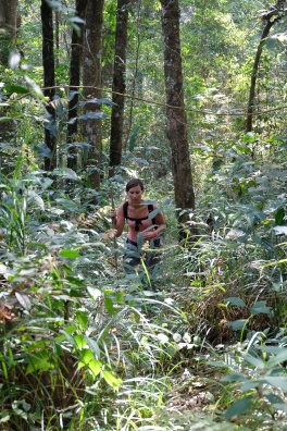Anne-Charlotte progresse dans la forêt