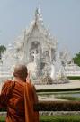 Un moine visitant le temple