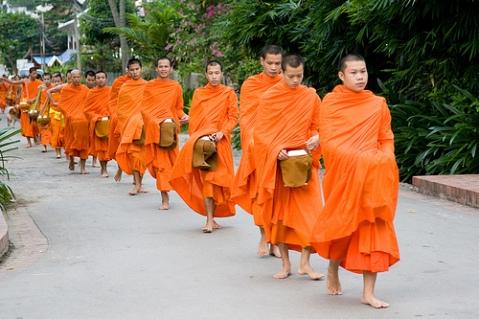 Offrandes aux moines (photo Flickr, nous n,avons pas voulu gêner la cérémonie en prenant des photos)