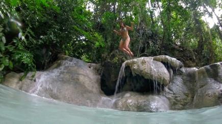 Clotilde saute dans l'eau