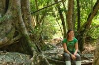 Anne-Charlotte prend la pose dans ,à jungle, armée se ses chaussettes anti sangsues