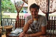 Clément testant le café luwak