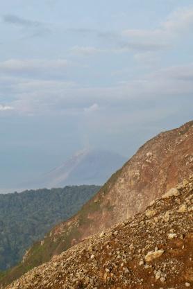 Le Sinabung au loin